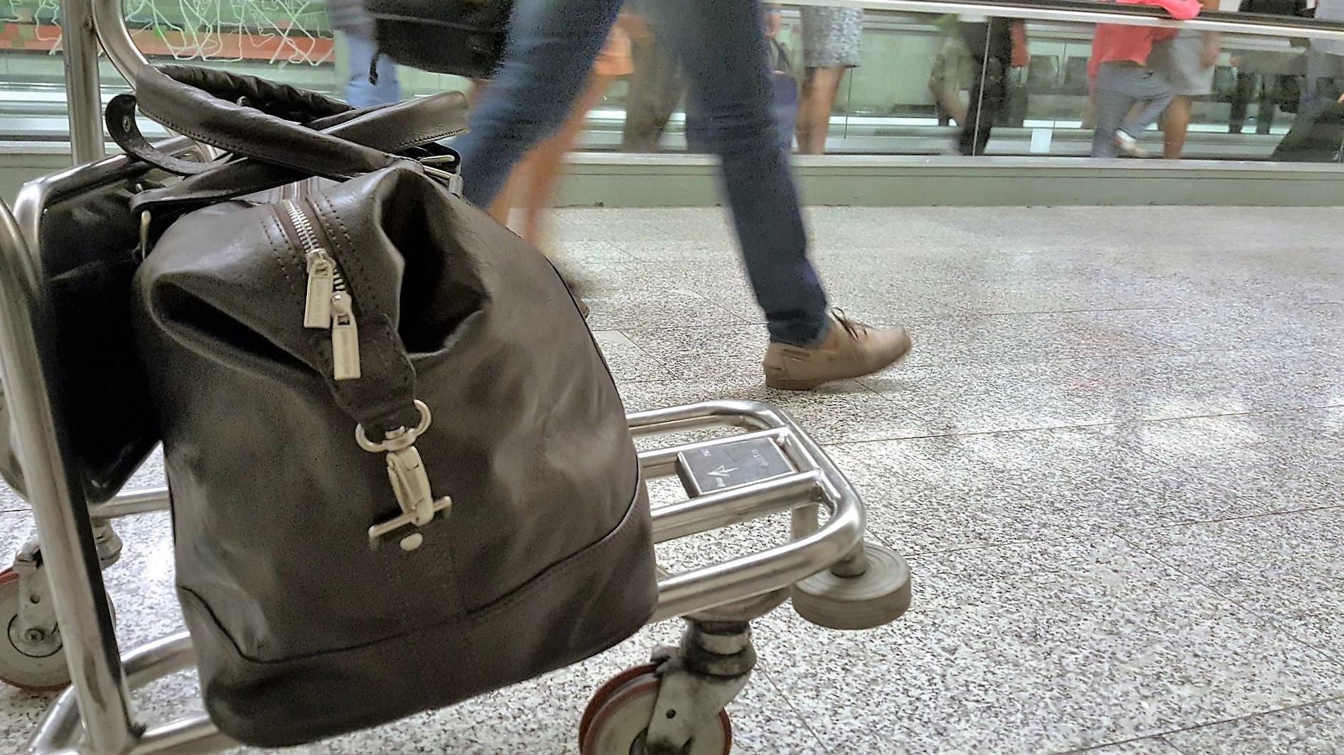 Handgepäck auf Gepäckwagen am Airport Palma