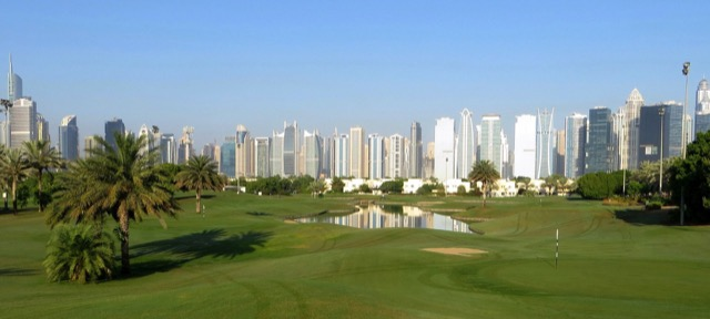 Golfplatz vor der Dubai Skyline.