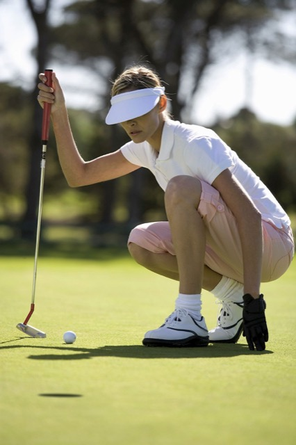 Golferin beim Putten: Die Auswahl der Schläger sollte auch an die Körpergröße angepasst sein.