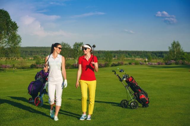 Unifarben oder gewagte Farb-Kombination: Zwei Golferinnen, zwei Styles.