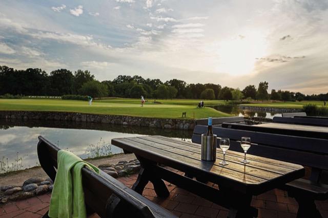 Idyllisch gelegen: Golfhotel Treudelberg Clubhouse mit Blick aufs Grün.