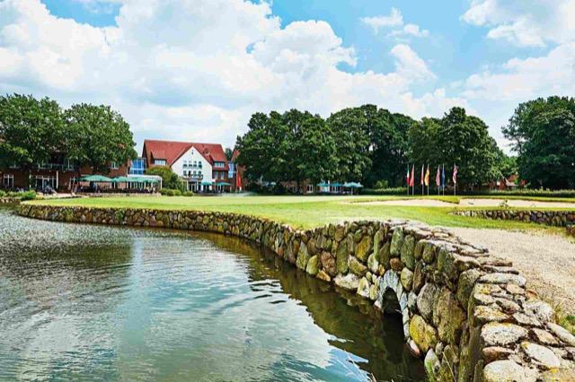 Blick vom Golfplatz auf das Hotel Treudelberg.