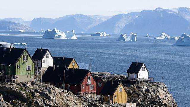 Wer auf dem nördlichsten Golfplatz der Welt bei Uummannaq auf Grönland golft, muss sich warm anziehen.